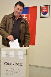 Priebeh volieb je pokojný, účasť je podľa predpokladov nízka