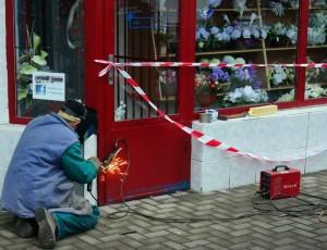 Pracovníci mesta zavarili dvere súkromnej predajne, majitelia sa nemôžu dostať do vlastného obchodu